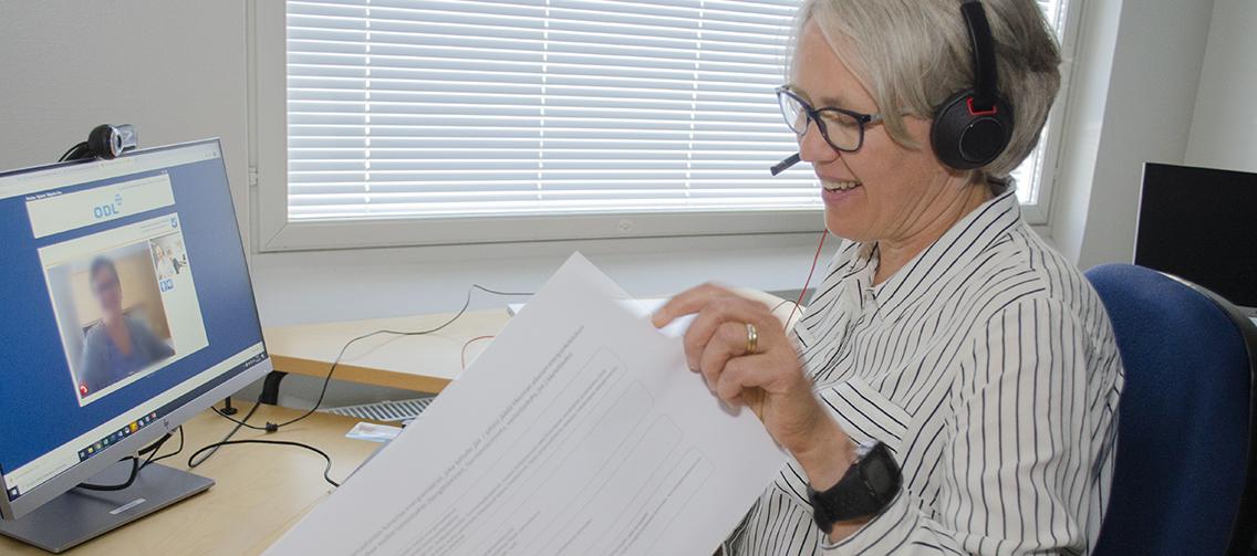 Ravitsemusterapeutti pitää tietokoneen ääressä etävastaanottoa.